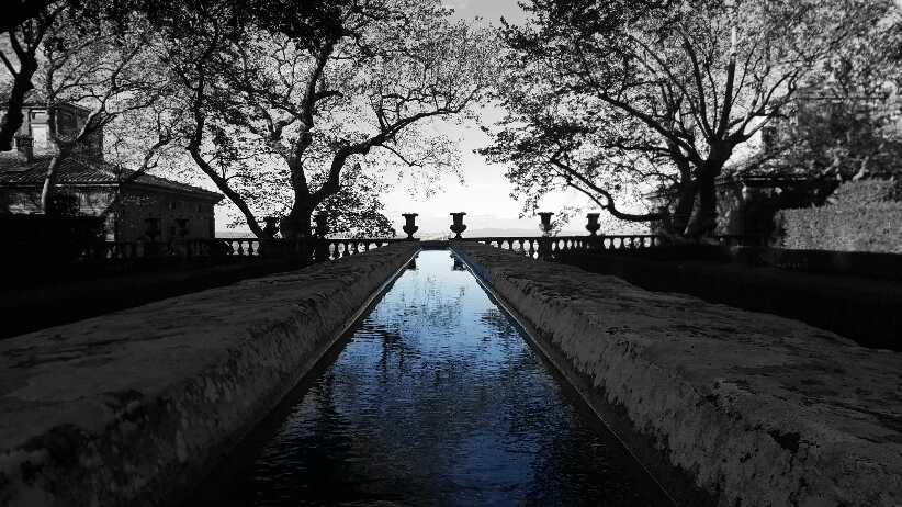 ein Tisch mit Wasserfluss der Villa Lante